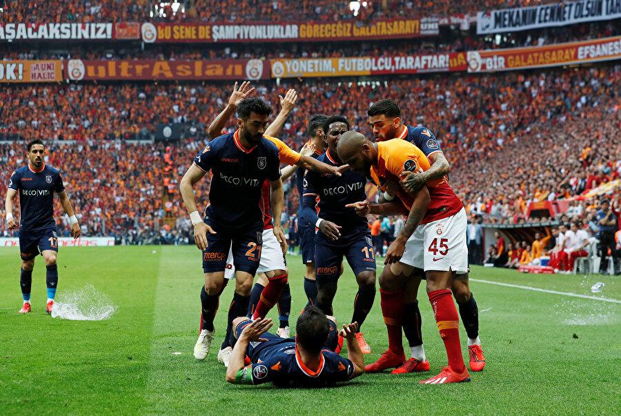 Medipol Başakşehir'in golünün ardından sahanın karıştığı anlar.