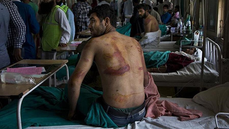 Rapor, tutukluların çıplak olarak tahta sopa, demir çubuk veya deri kemerlerle dövüldüğünü ortaya koydu.