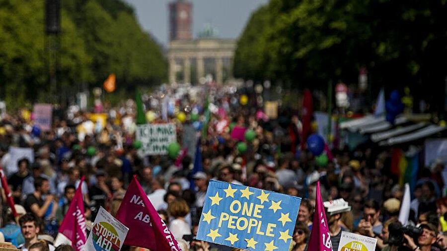 Avrupa Parlamentosu seçimleri içim geri sayım sürerken Almanya'nın çeşitli kentlerinde, kıta genelinde yükselen ırkçılığa karşı gösteri düzenledi. Sağ popülizme karşı çıkan birlik yanlılarının eylemine çok sayıda sivil toplum örgütü ve sivil inisiyatif destek verdi.