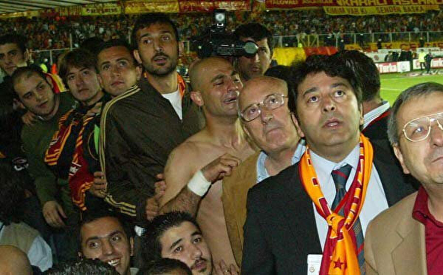 Galatasaray teknik ekibi ve oyuncuları, kendi maçlarının bitmesinin ardından 16 dakika uzatma verilen Denizlispor - Fenerbahçe maçını izliyor.