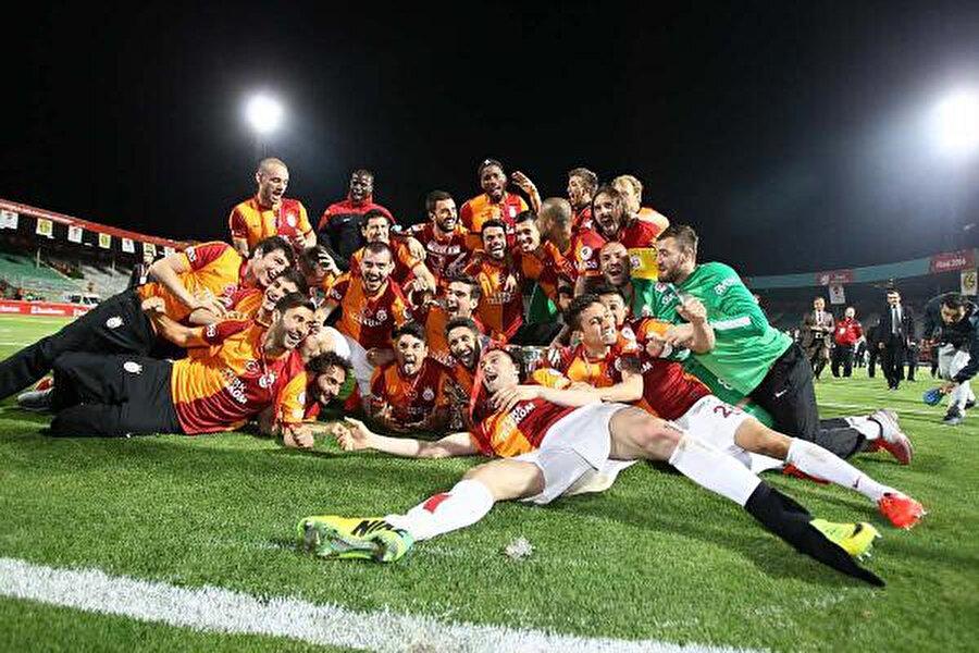 Galatasaraylı futbolcuların kupayla klasikleşen pozu.