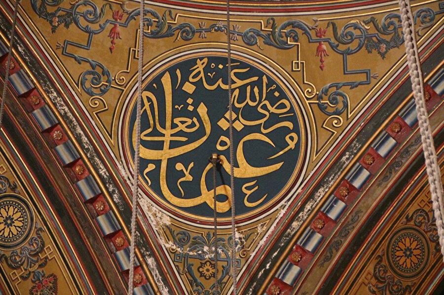 Cami içerisinde kubbe altı Hz. Osman yazısı.
