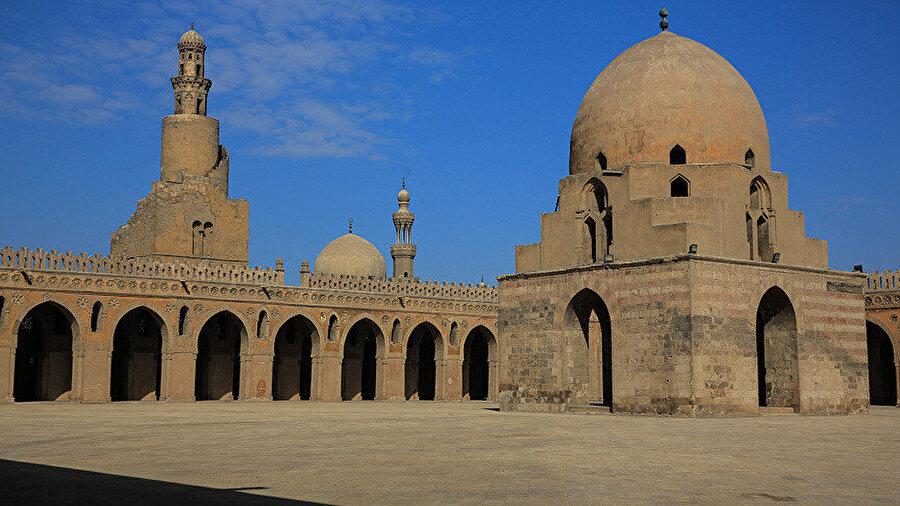 Mısır'da Müslüman bir Türk devleti tarafından yaptırılan ilk cami olan Tolunoğlu Ahmet Camisi.
