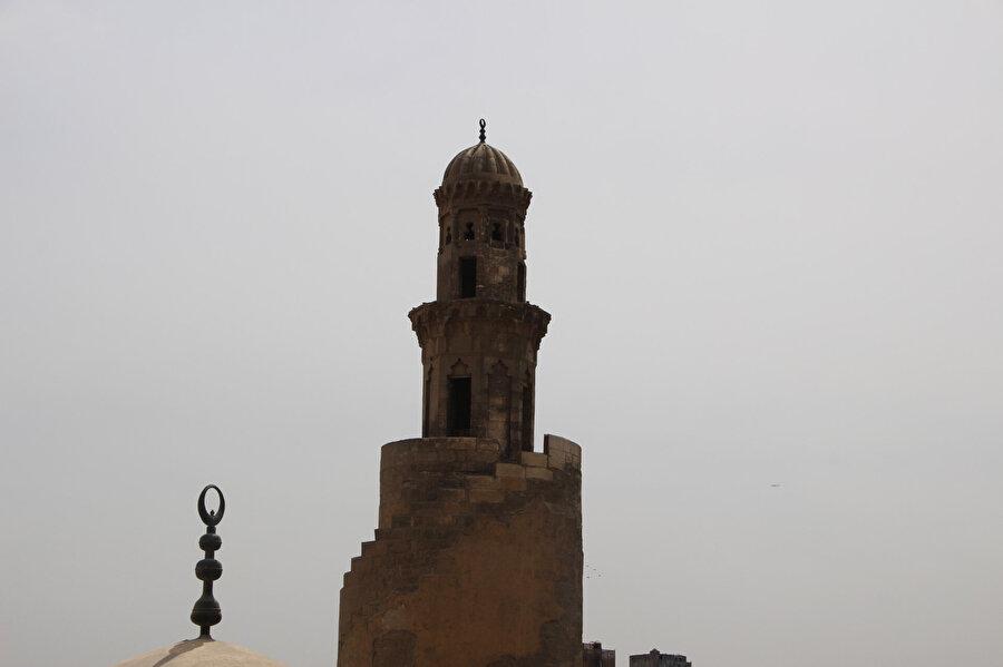 Sarmal(spiral) üslupta inşa edilen Tolunoğlu Camii minaresi bu yönüyle Samarra cami minaresi ile benzerlik gösterir.