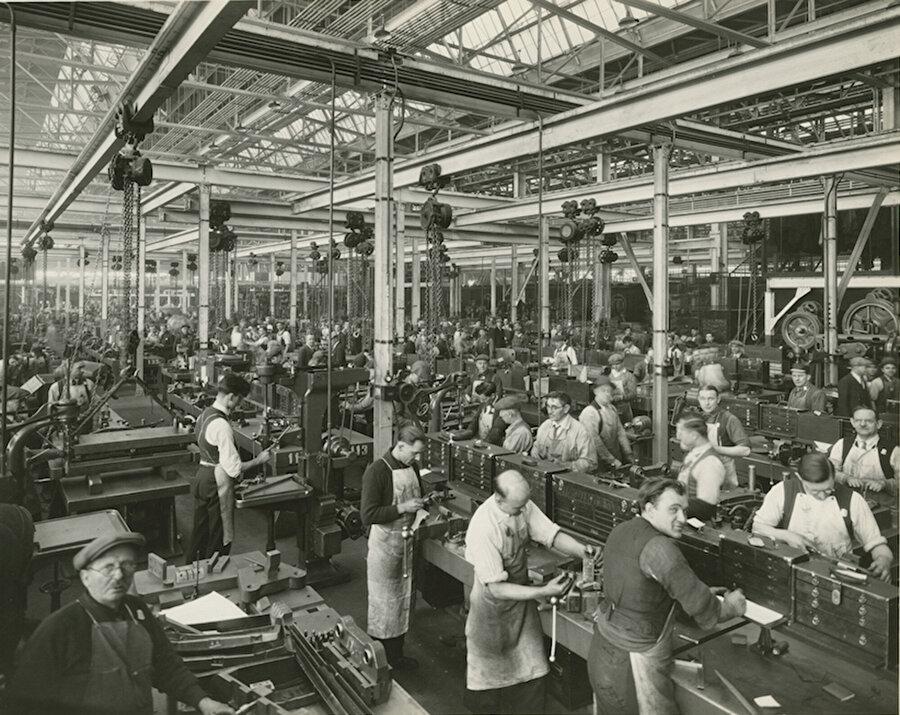 Ford'un eski fabrikalarından bir görüntü. Ford, 20. yüzyılın başından itibaren yüz binlerce farklı insana istihdam sağladı.