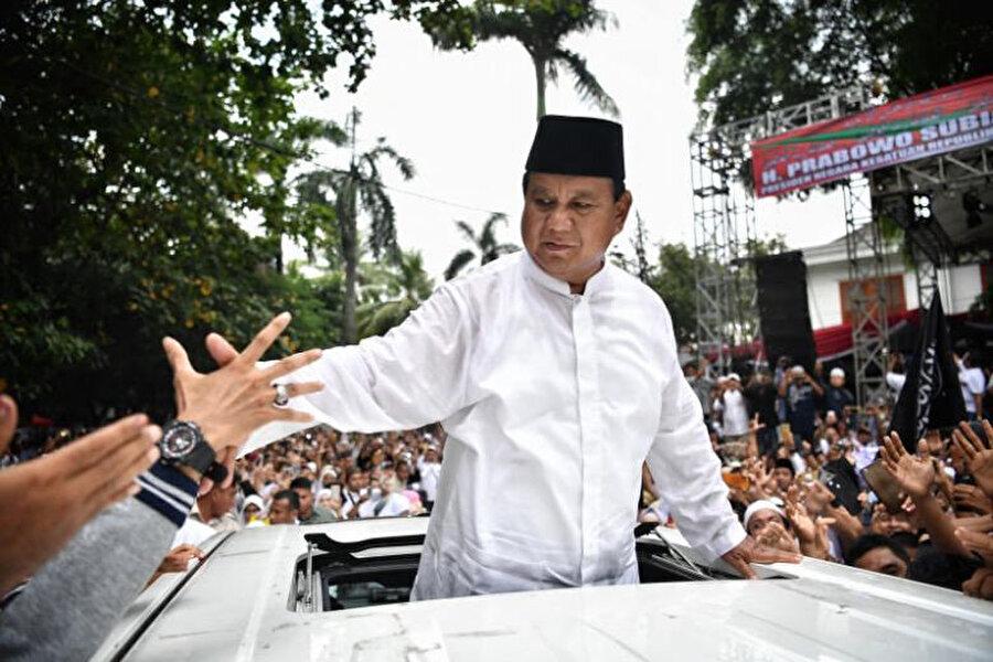 Endonezya Hareketi Partisi (Gerindra) Genel Başkanı Prabowo Subianto kendisini destekleyenleri selamlarken.