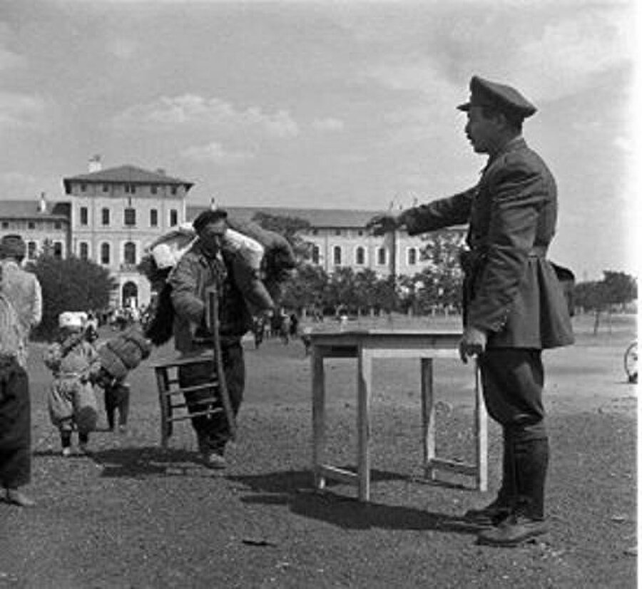 Zorunlu göçten uzun yıllar önce 1951 yılında Edirne'ye gelen Bulgar göçmenler ve Türk polisi.