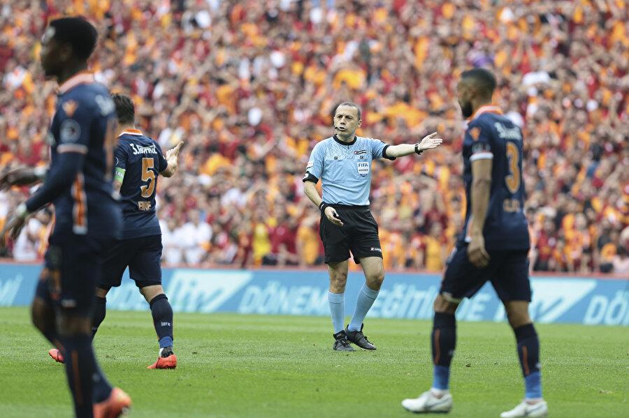 Cüneyt Çakır, Galatasaray - Başakşehir maçında kale vuruşunu işaret ediyor.