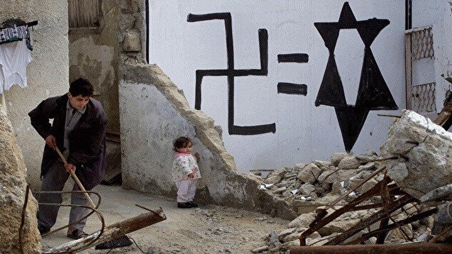 Siyonizm ile Nazizmi eşitleyen bir duvar resmi.