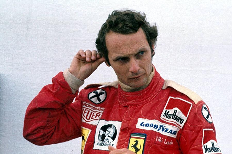 Niki Lauda yarıştan önce pisti göz ucuyla süzüyor.
