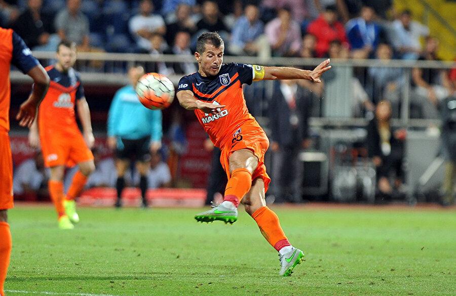 Emre Belözoğlu kariyerine Medipol Başakşehir'de devam ediyor.