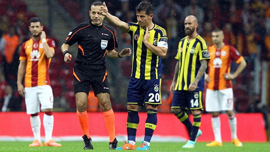 Emre Belözoğlu, Galatasaray derbisinde Cüneyt Çakır'la konuşuyor.