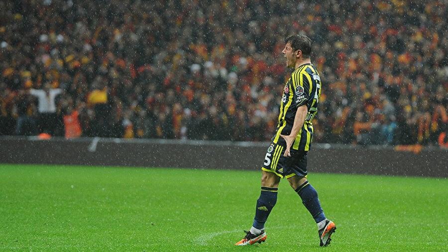 Emre Belözoğlu attığı golün sevincini derinden yaşıyor.
