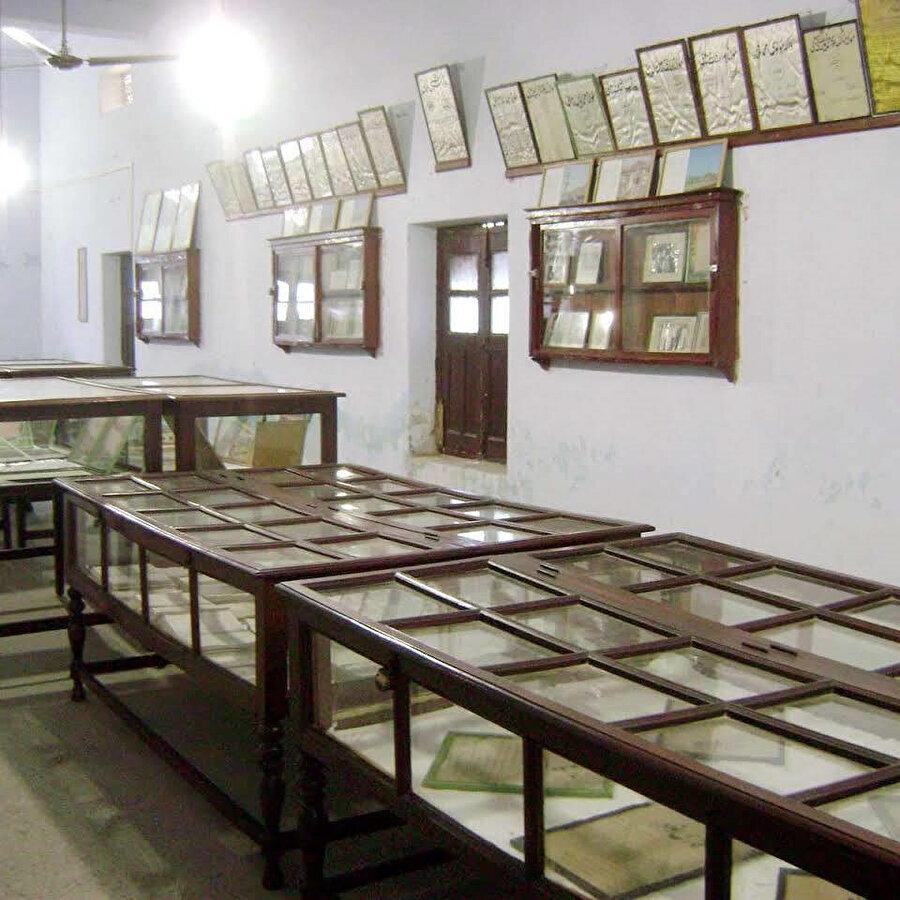 Kütüphanede nadir eserlerin ve yazmaların bulunduğu bölüm.