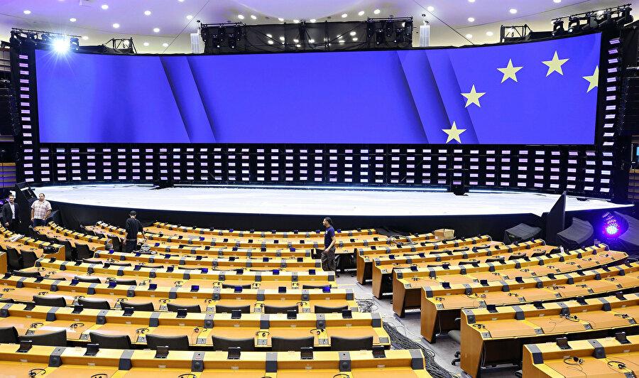 Belçikalı seçmenler, Avrupa Parlamentosu (AP) ile federal ve bölgesel parlamentolardaki vekillerini seçmek için bugün sandık başında.