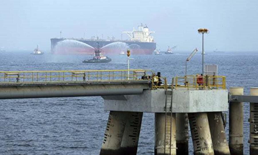 Körfez'deki ticari gemilere yönelik sabotaj. Bir petrol tankeri, Birleşik Arap Emirlikleri'nin Fujairah bölgesinde bir tesise doğru ilerliyor.