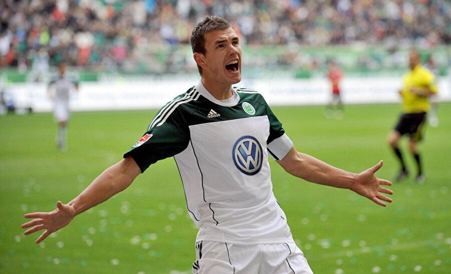 Edin Dzeko, Wolfsburg formasıyla attığı golü tribünlerle paylaşıyor.