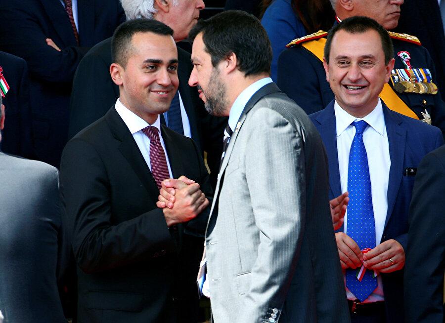 İtalya'daki aşırı sağcı hareketin lideri Salvini (ortada) tebrikleri kabul etti.