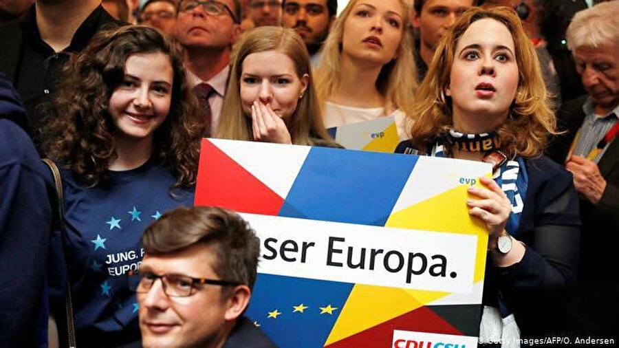CDU'nun Berlin'deki merkezinde parti üyeleri sonuçları merak içinde takip ediyor.
