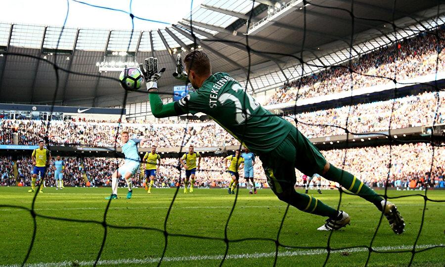 Everton kalecisi Maarten Stekelenburg, Kevin de Bruyne'nin penaltısını kurtarıyor.