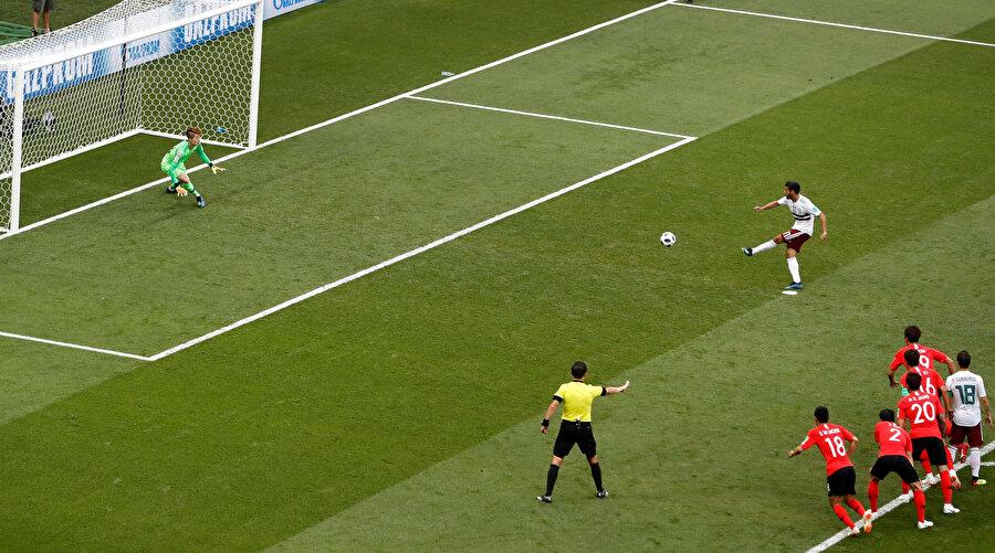 Muhammed Salah, Dünya Kupası'nda destek ayağının gösterdiği köşeye vuruyor.