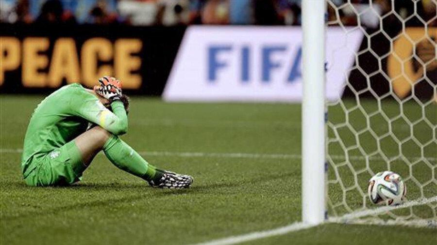 Jasper Cillessen yediği penaltı golünün ardından üzüntü yaşıyor.