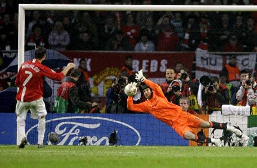 Cristiano Ronaldo'nun Petr Cech'i geçemediği an.