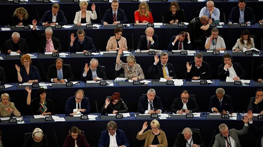 Avrupa Parlamentosu üyeleri, 26 Mart 2019'da Fransa'nın Strasbourg kentinde yapılan AB'de telif hakkı reformlarında yapılan değişikliklerle ilgili bir oylama oturumunda yer aldı.