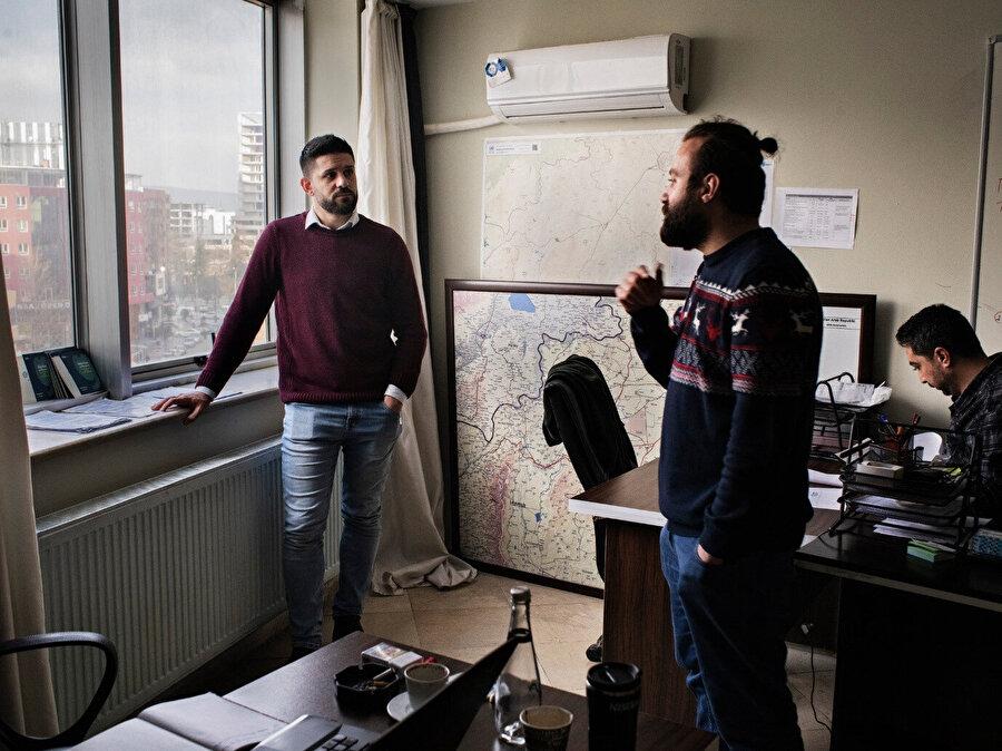Muhanned Ğabbaş (Sol) mülteciler için Türkiye'de düzenlenen bir organizasyonda arkadaşlarıyla beraber. Suriye'de gözaltındaki 19 ayda hayatta kalmayı başardı. (Görsel: Laura Boushnak, New York Times için.)