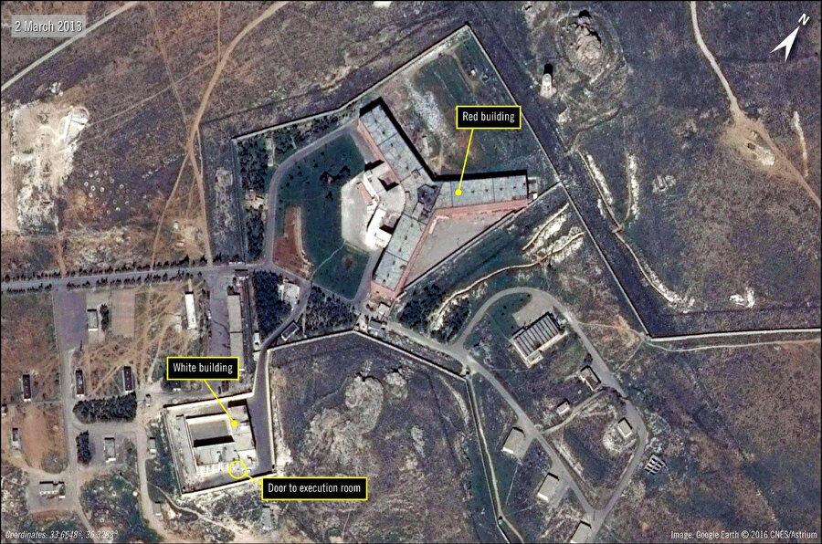 Askerî yetkililer tarafından yönetilen, Suriye hükümetinin binlerce mahkûmu infaz ettiği Sednaya Hapishanesi'nin bir uydu görüntüsü. (Görsel: Uluslararası Af Örgütü, Agence France-Presse vasıtası ile— Getty Images)