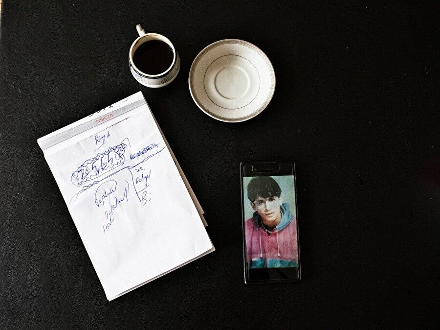 Riyad Avlar Bey'in telefonunda kayıtlı 18 yaşındaki bir fotoğrafı. (Görsel: Laura Boushnak, New York Times için.)