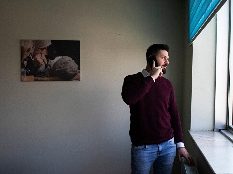 Muhanned Ğabbaş, en az 12 tesisteki işkenceden sağ kurtulmayı başardı. (Görsel: Laura Boushnak, New York Times için.)