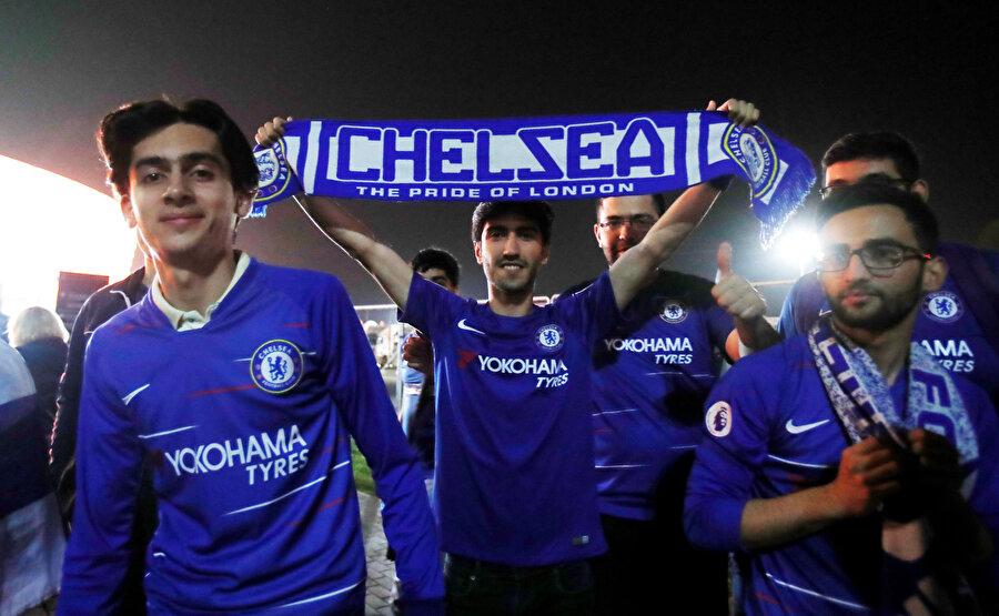 Chelsea taraftarları şimdiden sokaklara döküldü.