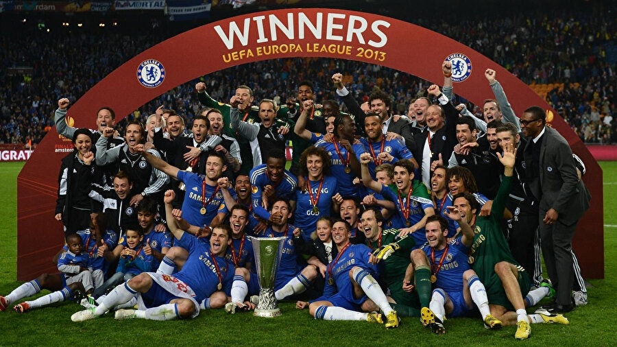 2013 yılında kazanılan kupanın ardından Chelsea forması giyen oyuncular zafer pozu veriyor.