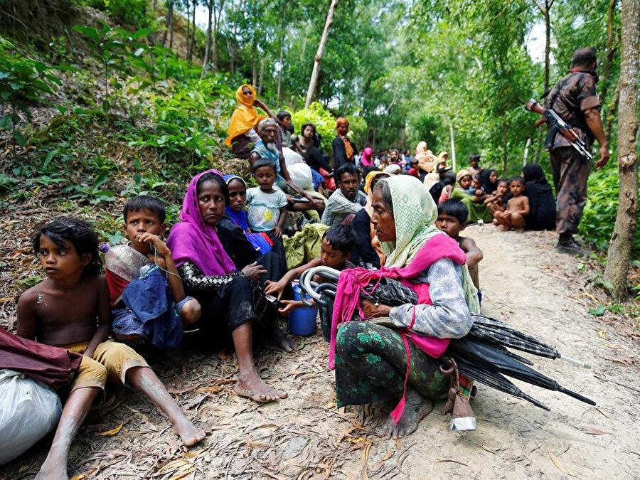 Bangladeş'e sınırında giriş için izin bekleyen Arakanlılar.