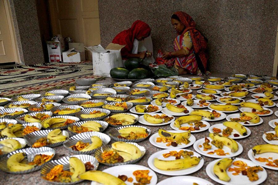 Hintli Müslümanlar, Rajasthan eyaletine bağlı Ajmer'deki Sufi aziz Khwaja Moinuddin Chishtiargah dergahında iftar hazırlıyor.