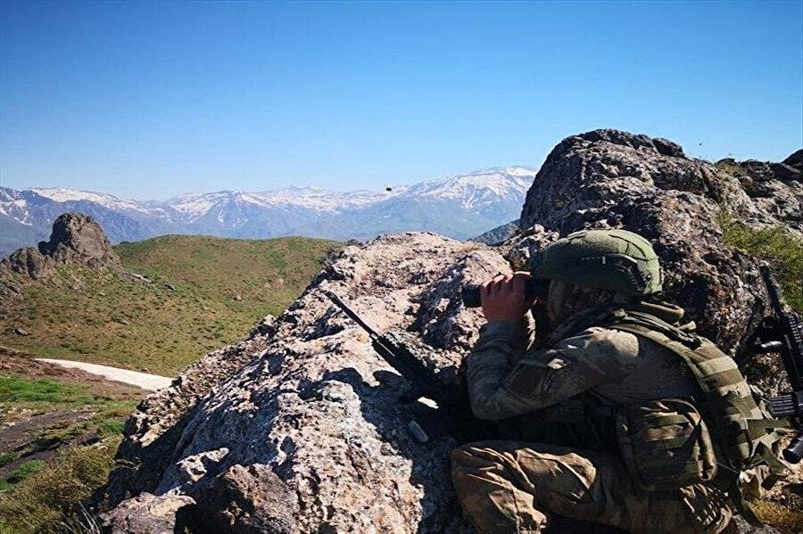 Operasyon sırasında bir asker görünüyor.