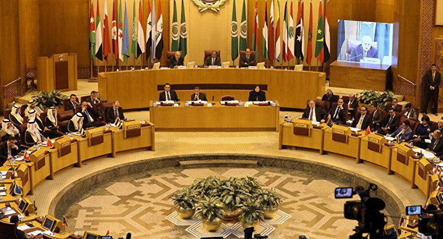 'Mekke Bildirgesi' Suudi Arabistan'da değişik ülkelerden çok sayıda Müslüman temsilcinin katılımıyla onaylandı.