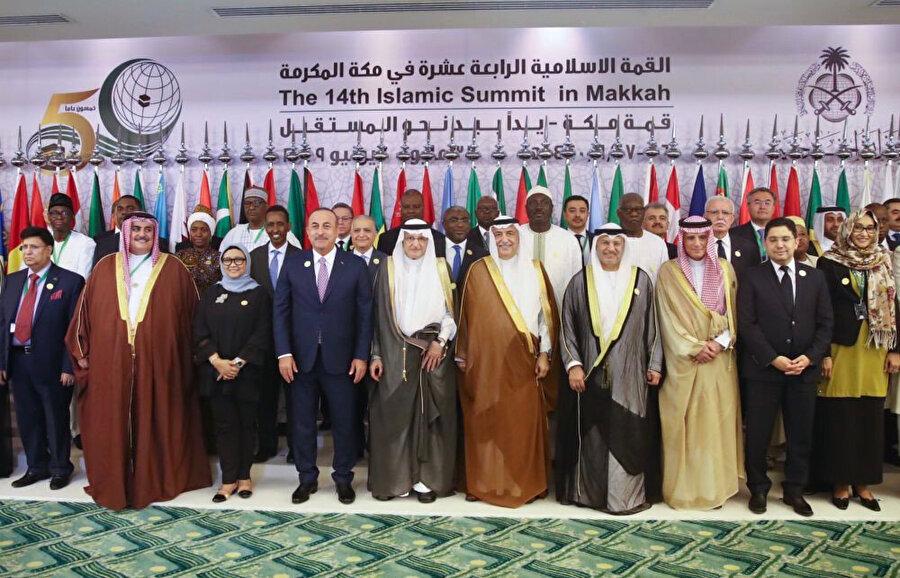 Bildirgenin açıklanmasının ardından liderler toplu fotoğraf çektirdi.