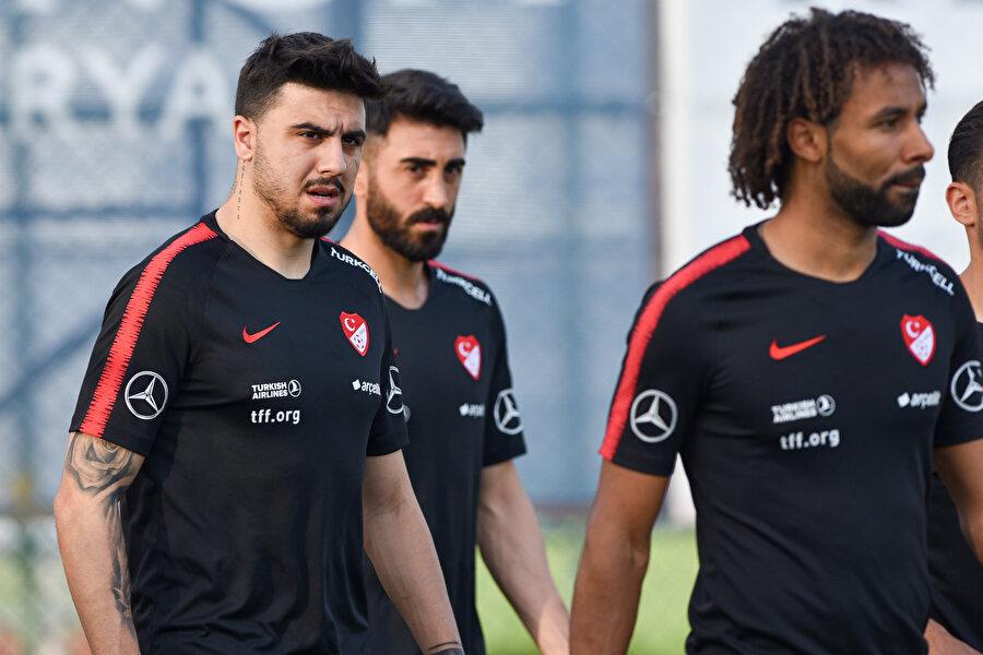 Milli takıma ilk kez çağrılan Nazım Sangare, takım arkadaşlarıyla kaynaşmaya çalışıyor.