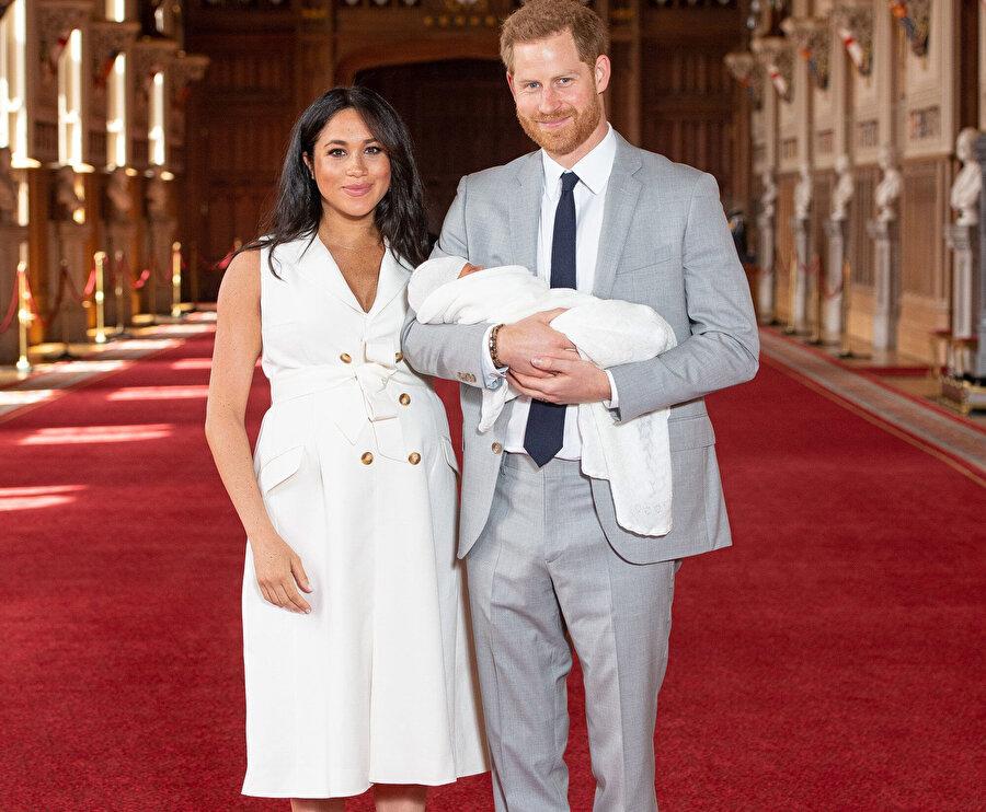 Meghan Markle ve Prens Harry bebekleriyle birlikte basına poz verdi.