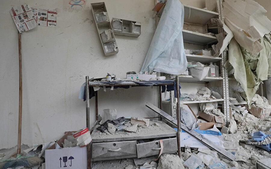Rejim saldırıları sonucunda moloz yığınına dönen Suriye'nin Hbeit kasabasındaki bir sağlık ocağı.