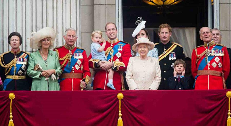 İngiliz Kraliyet ailesi resmi tören kıyafetleri.
