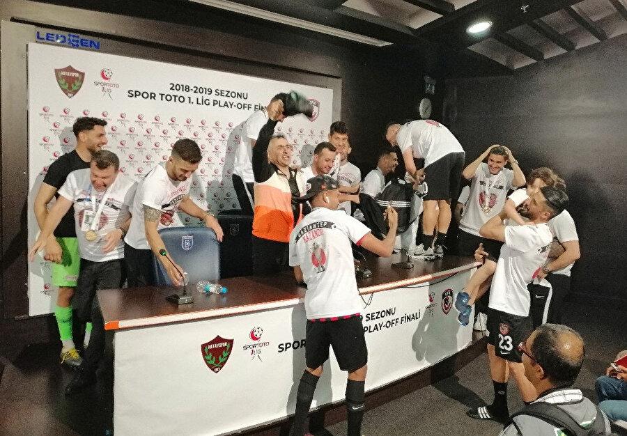 Futbolcuları, Mehmet Altıparmak'ın basın toplantısını basıyor.