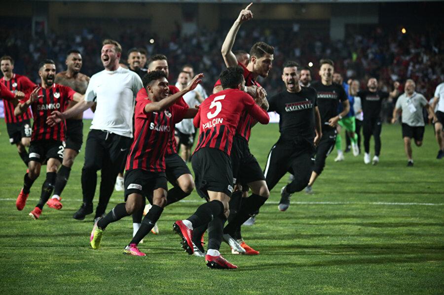 Gazişehir Gaziantepli oyuncular sahada çılgınlar gibi eğleniyor.