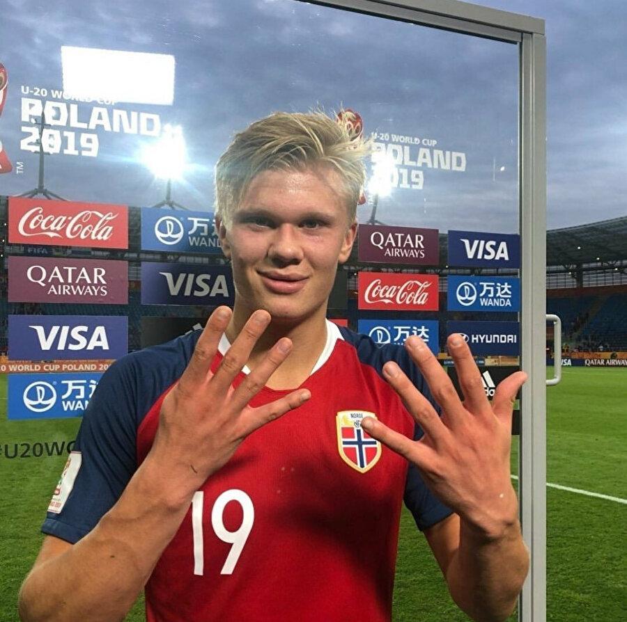 Erling Haland, Honduras'a attığı 9 golün ardından kameralara 9 işareti yapıyor.