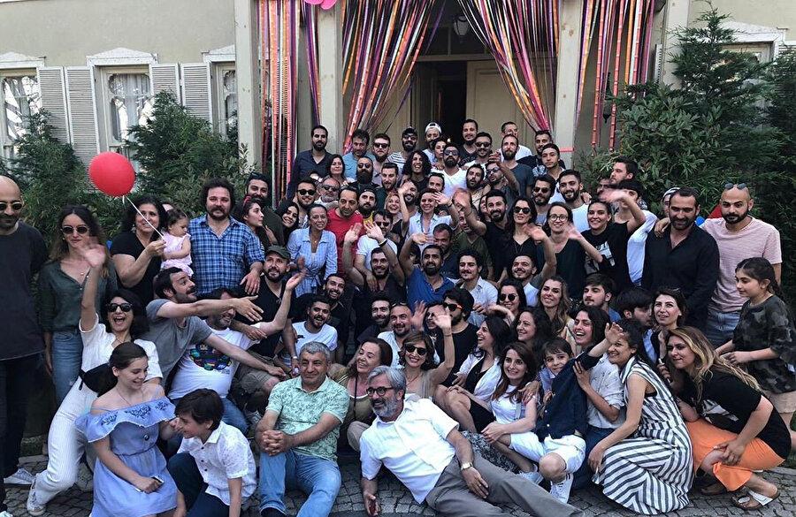 İstanbullu Gelin ekibi ve oyuncuları son çekim gününde veda ederek hatıra fotoğrafı çektirdi