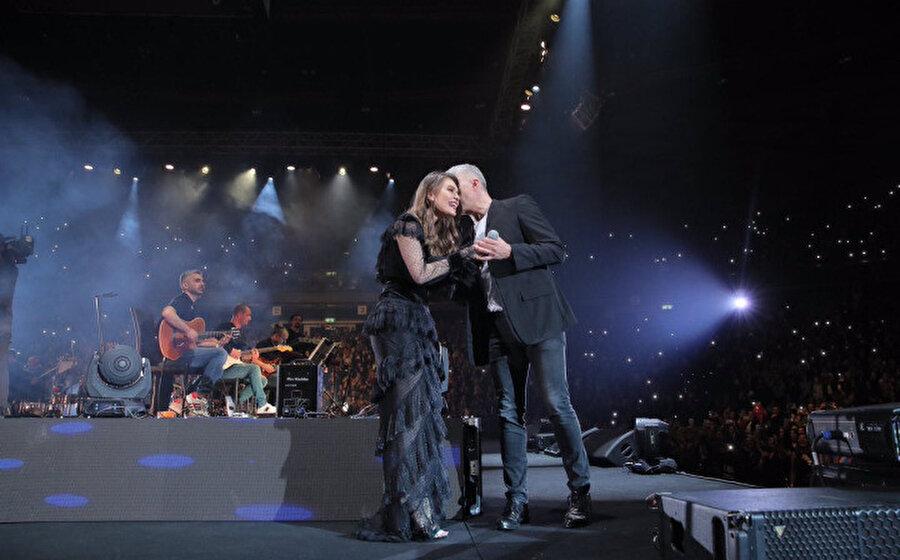 Aslı Enver ve Özcan Deniz'in gittikleri İsrail konserinden çekilen bir kare