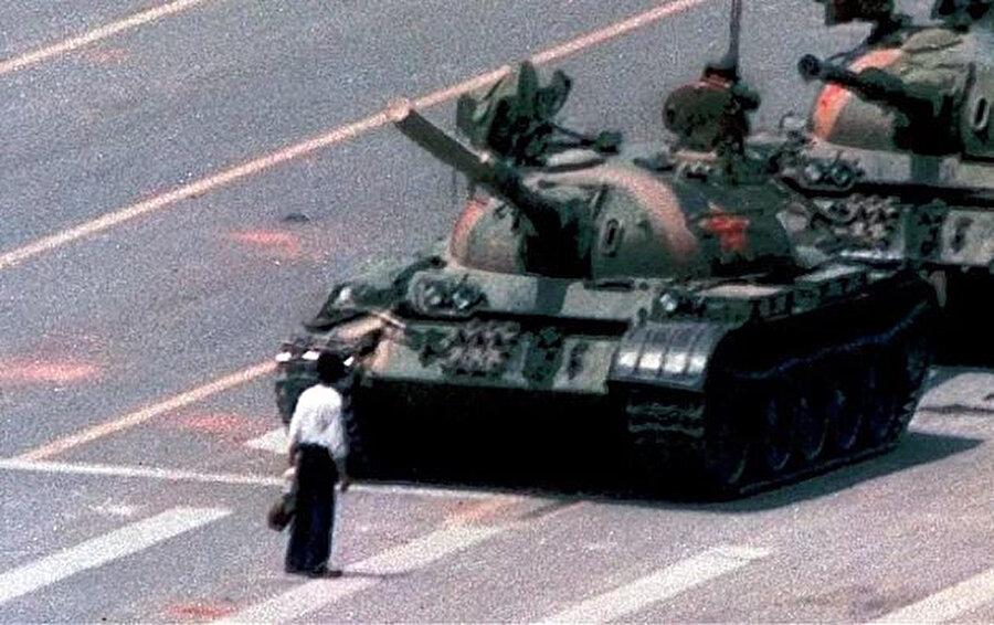 Tiananmen'de yaşananları özetleyen ve bir sembol haline gelen bu kare, Associated Press muhabiri Jeff Widener tarafından çekilmişti. Görüntüde tankı tek başına durdurmaya çalışan protestocunun akıbeti bilinmiyor.