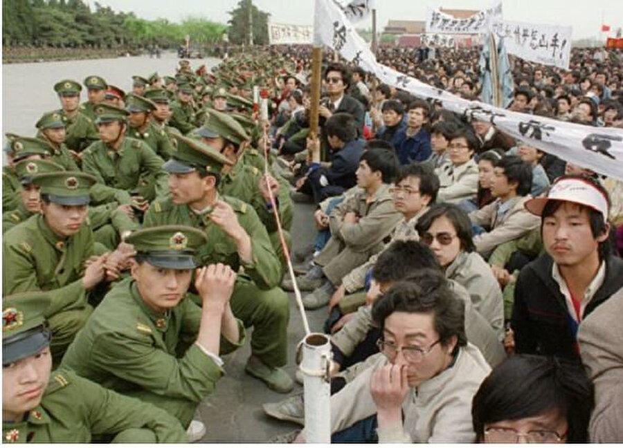 Protestolarda askerler ve Çinli üniversite öğrencileri karşı karşıya gelmişti.